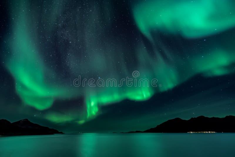 Aurora Borealis - noordelijke lichten - Weergeven van Grotfjord - Kwaloya stock afbeelding