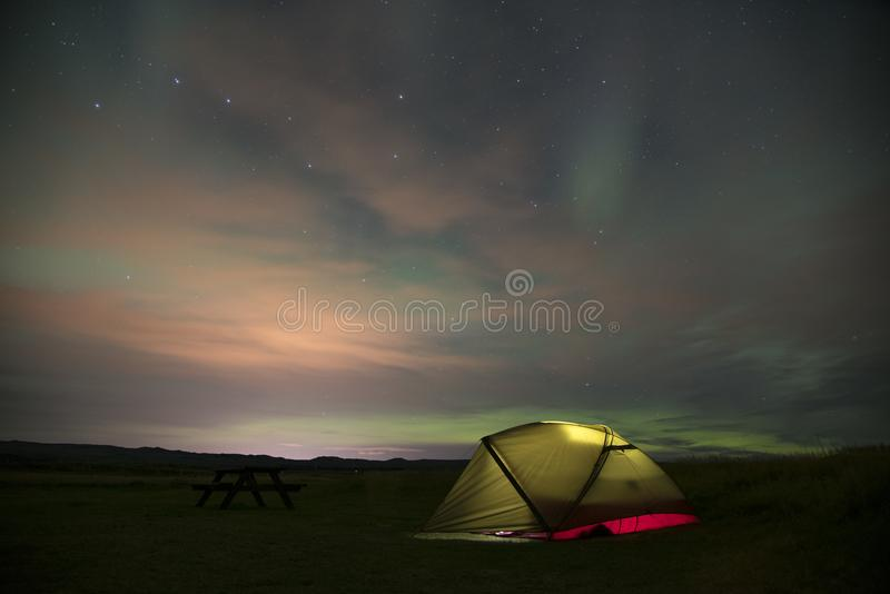 Aurora Borealis Northern Lights Iceland e barraca iluminada 4 foto de stock