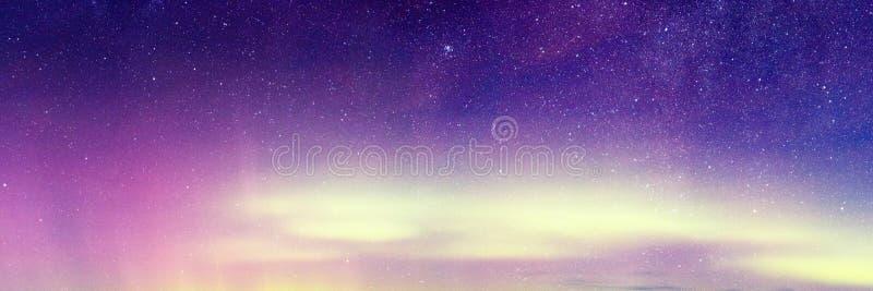 Aurora Borealis, Aurora Northern Lights Landscape, colore in cielo notturno con le stelle immagini stock
