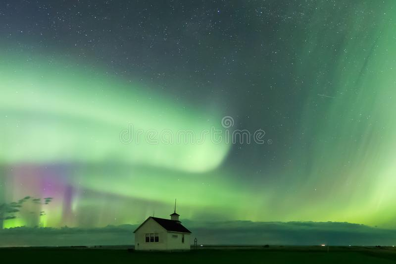 Aurora Borealis Northern Lights sobre a escola histórica perto de Kyle, Saskatchewan, Canadá imagens de stock royalty free