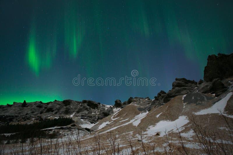Aurora Borealis ou lumières du nord au-dessus des montagnes, Islande photos stock