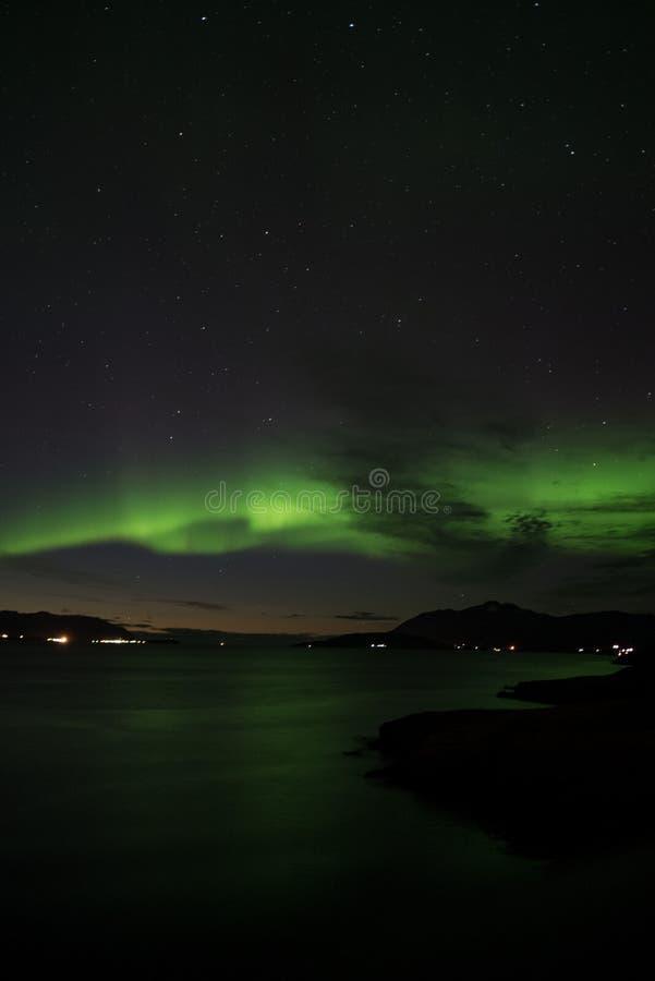 Aurora borealis over Akureyri stock afbeelding