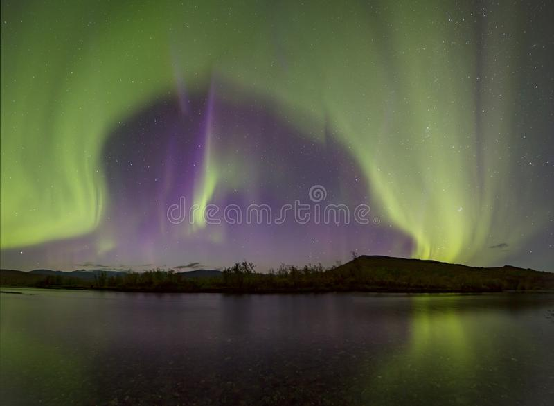 Aurora Borealis over de rivier stock foto's
