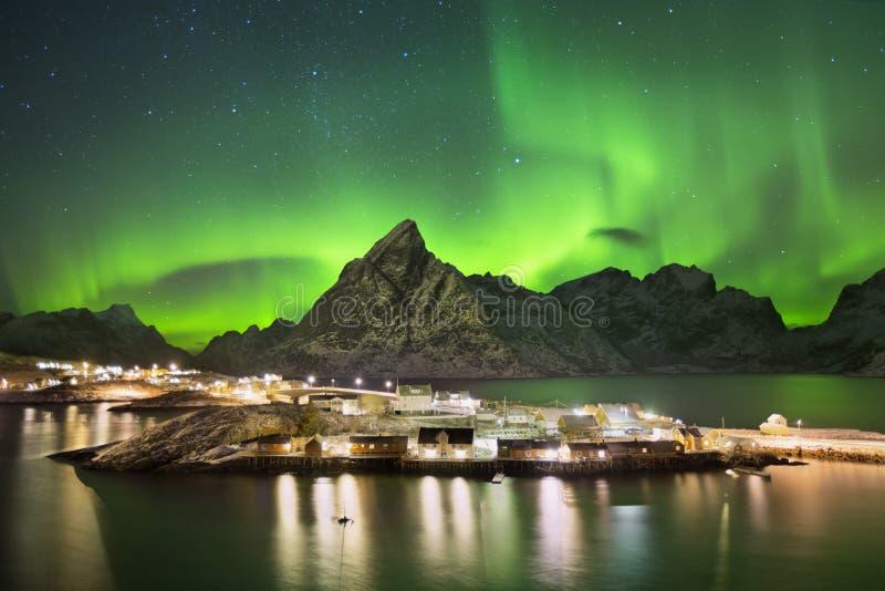 Aurora borealis over een dorp op Lofoten in Noorwegen royalty-vrije stock fotografie