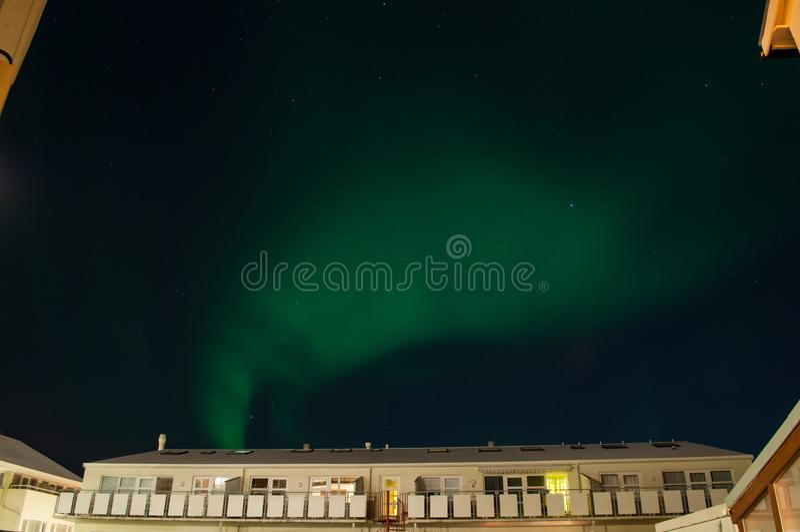 Aurora borealis over een gebouw in Reykjavik IJsland stock fotografie