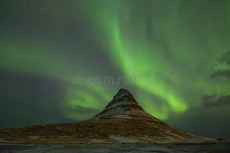 Aurora Borealis over Kirkjufell zet op stock afbeeldingen