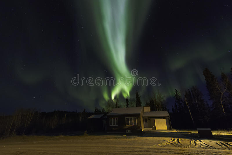 Aurora Borealis Over uma casa fotos de stock royalty free