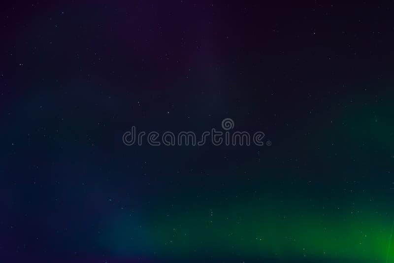 Aurora borealis, północni światła w nocnym niebie z gwiazdami zdjęcia stock