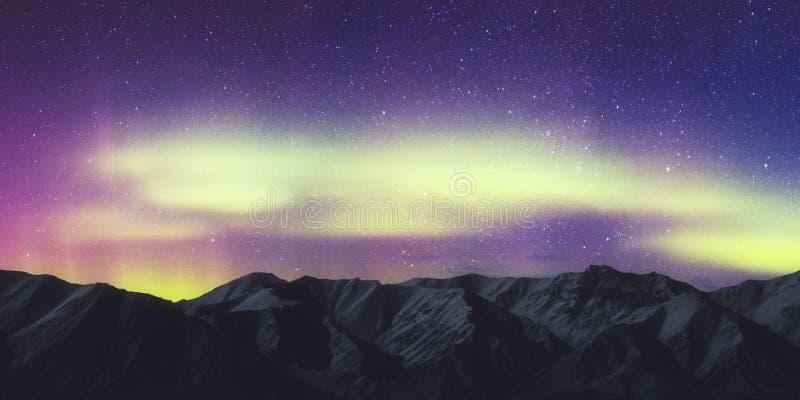 Aurora Borealis, paesaggio di Aurora Northern Lights Over Mountain, colore in cielo notturno con le stelle fotografia stock