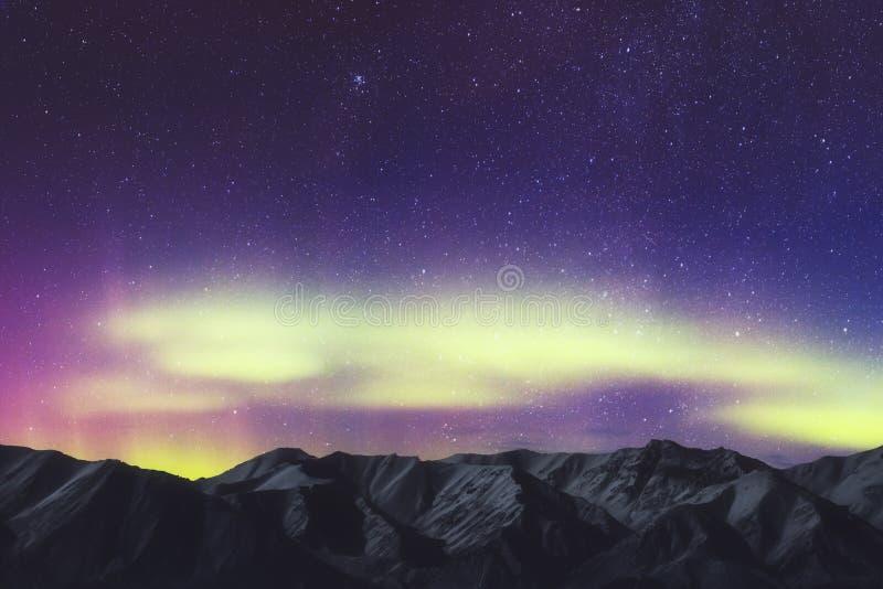 Aurora Borealis, paesaggio di Aurora Northern Lights Over Mountain, colore in cielo notturno con le stelle fotografie stock