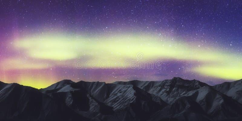 Aurora Borealis, paesaggio di Aurora Northern Lights Over Mountain, colore in cielo notturno con le stelle fotografia stock libera da diritti
