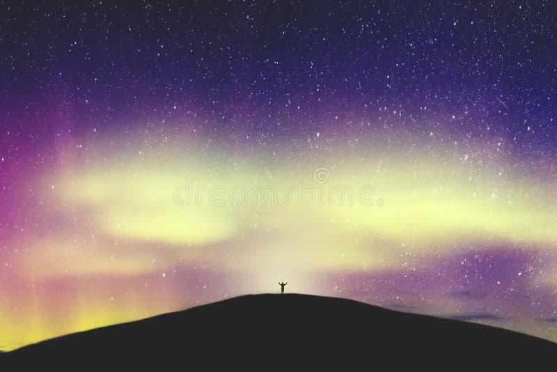 Aurora Borealis, paesaggio di Aurora Northern Lights Over Mountain, colore in cielo notturno con le stelle immagine stock