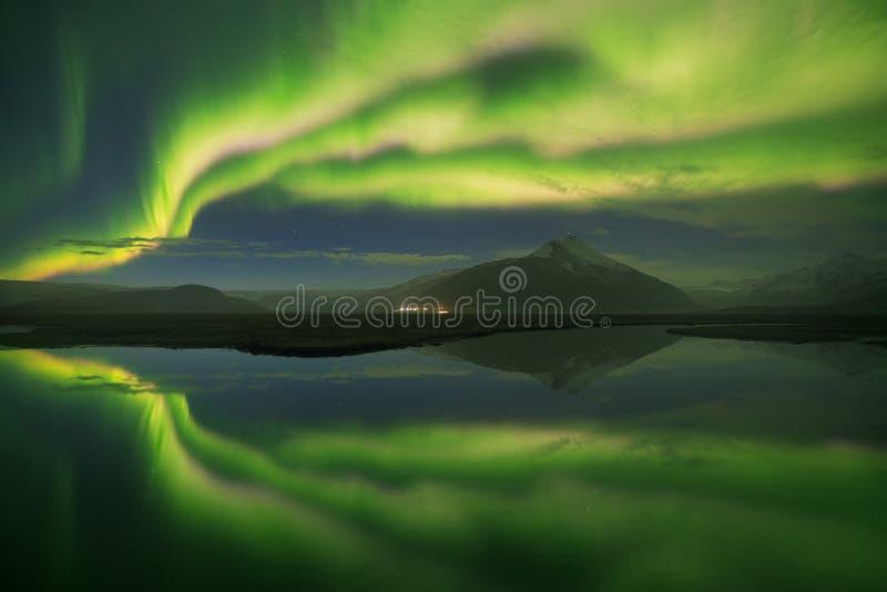 Aurora Borealis panor?mico bonita ou melhor - sabido como a aurora boreal para a opini?o do fundo em Isl?ndia, Jokulsarlon imagens de stock