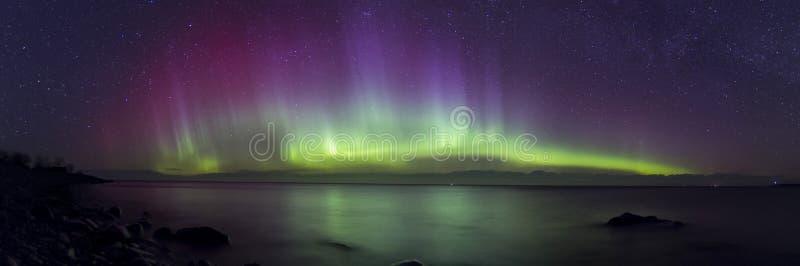 Aurora Borealis panorama och härliga reflexioner fotografering för bildbyråer
