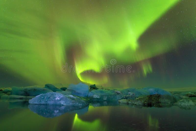 Aurora Borealis panoramique ou mieux connu stupéfiante comme lumières du nord pour la vue de fond en Islande, Jokulsarlon photo libre de droits