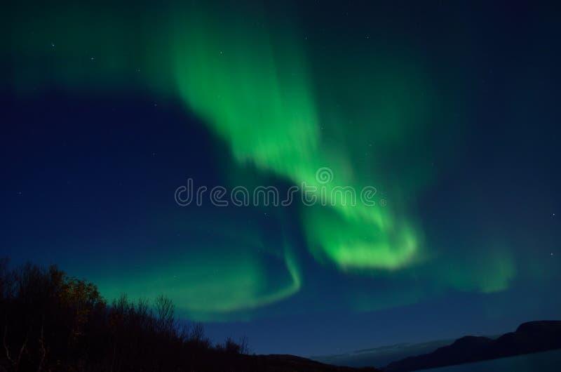 Aurora borealis poderoso que dança no céu noturno atrasado do outono fotografia de stock