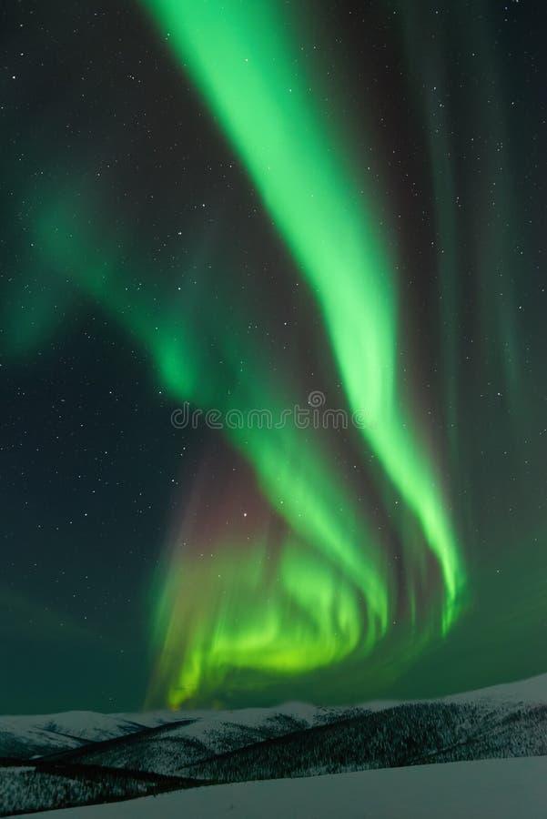 Aurora Borealis que sube de las montañas fotos de archivo libres de regalías