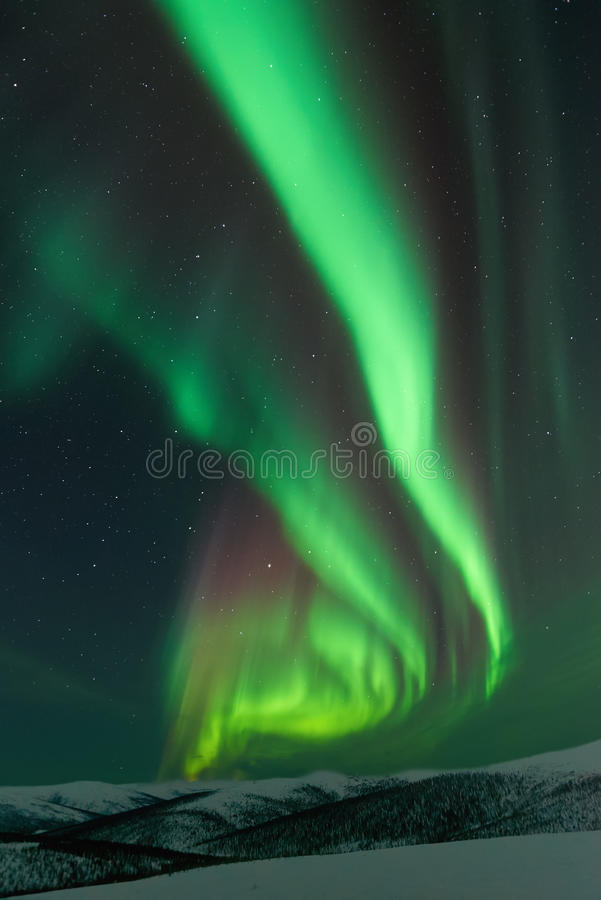 Aurora Borealis resning från bergen royaltyfria foton