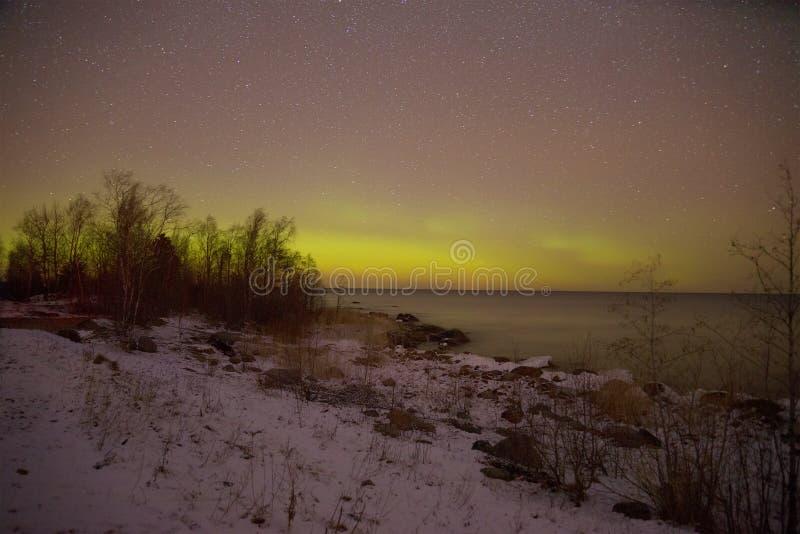 Aurora borealis sobre el lago ladoga en la noche de marzo Pyatirechye, región de Leningrad Rusia imagen de archivo libre de regalías