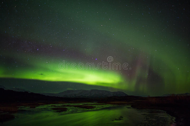 Aurora borealis sobre Islândia imagens de stock royalty free