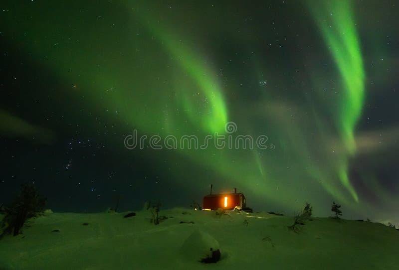 Aurora Borealis sobre la montaña de Volosnaya en Kandalaksha en invierno fotos de archivo libres de regalías