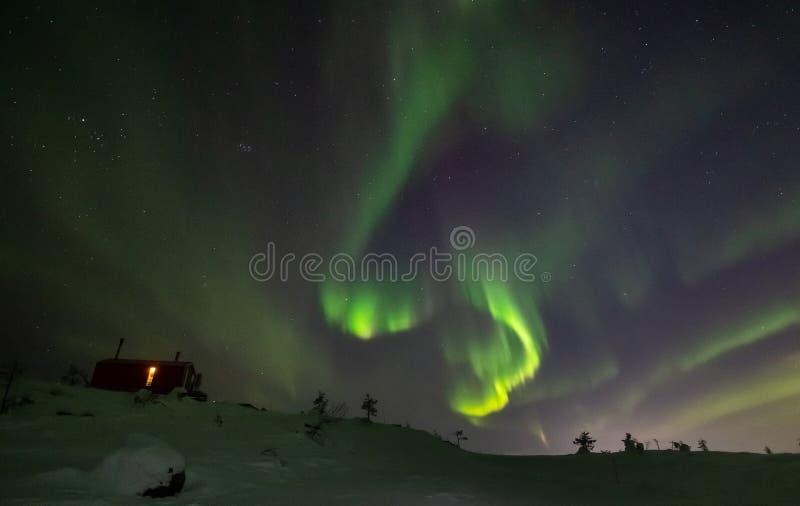 Aurora Borealis sobre la montaña de Volosnaya en Kandalaksha en invierno fotografía de archivo