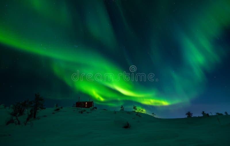 Aurora Borealis sobre la montaña de Volosnaya en Kandalaksha en invierno imágenes de archivo libres de regalías