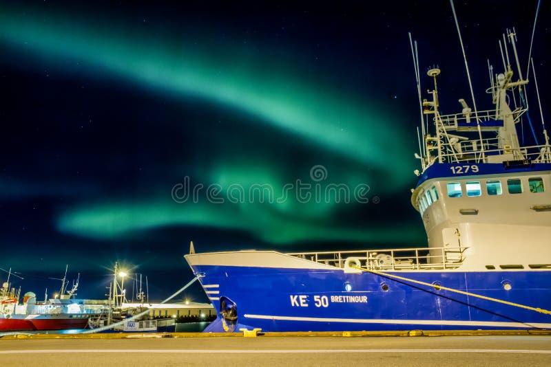 Aurora borealis sobre o porto do barco de Reykjavick
