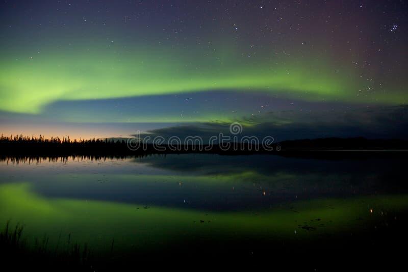 Aurora Borealis sobre un lago imagenes de archivo