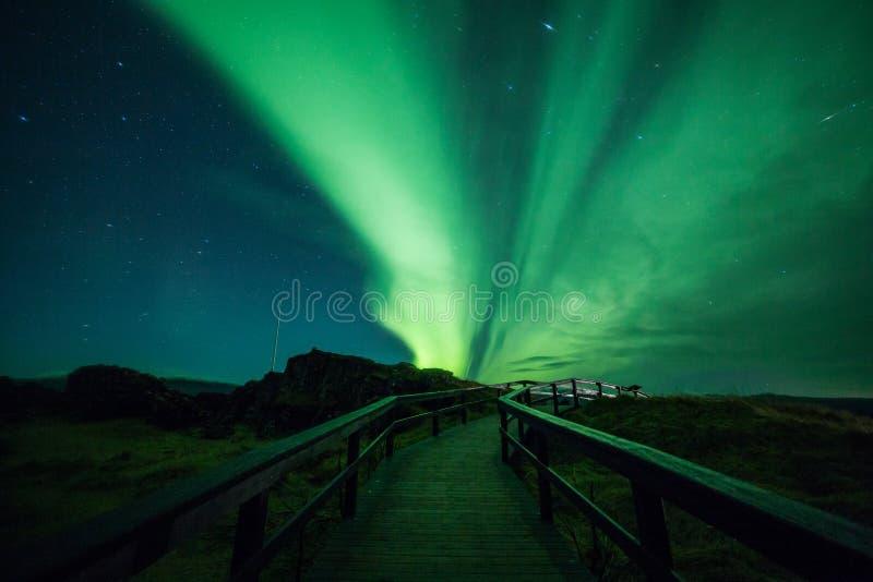Aurora borealis sobre una calzada imagen de archivo