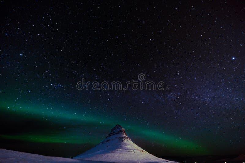 Aurora Borealis sopra la montagna di Kirkjufell in Islanda fotografia stock libera da diritti