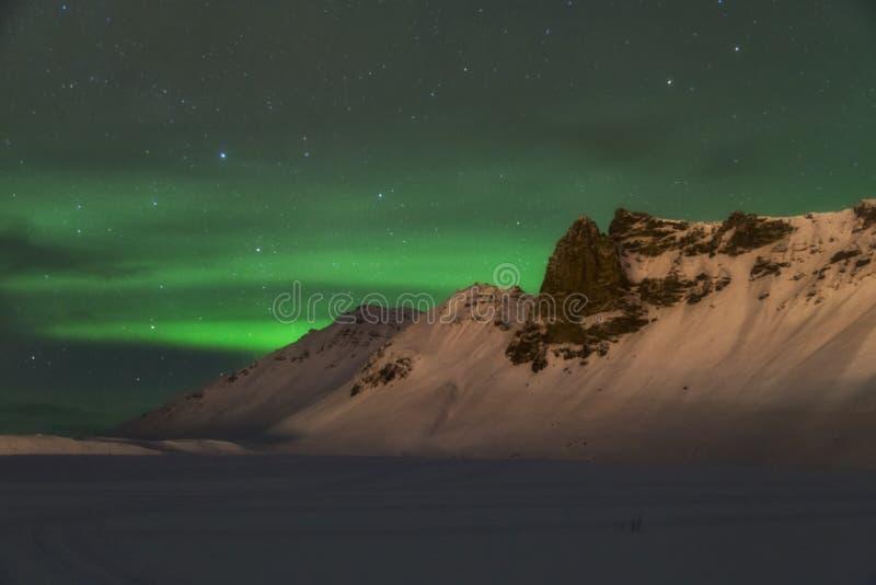 Aurora borealis sopra le montagne fotografia stock libera da diritti