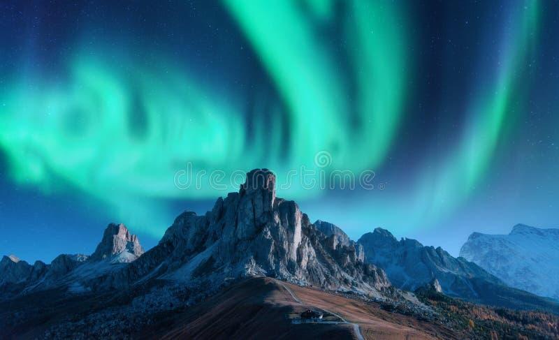 Aurora borealis sopra le montagne alla notte Indicatori luminosi nordici fotografie stock