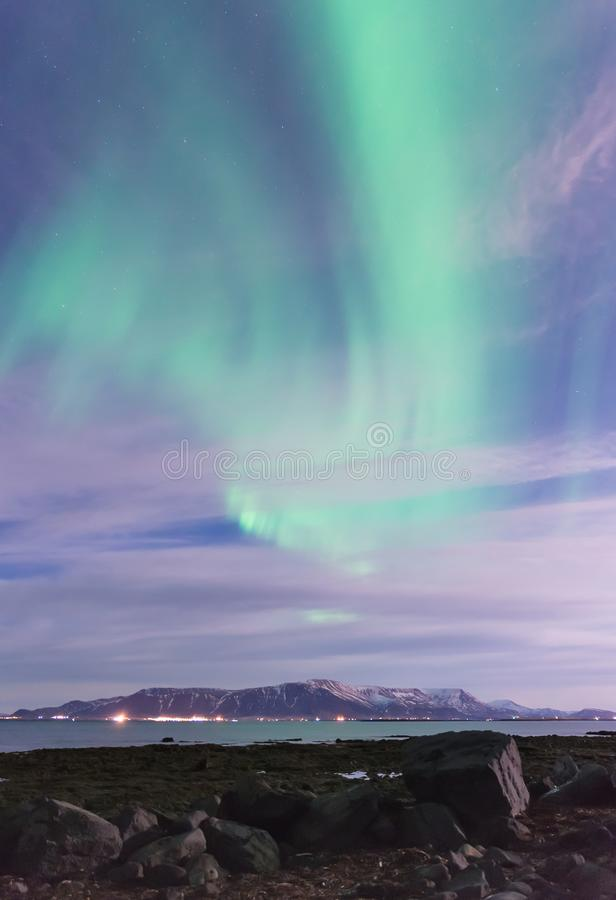 Aurora Borealis sopra le montagne fuori di Reykjavik, Islanda fotografia stock