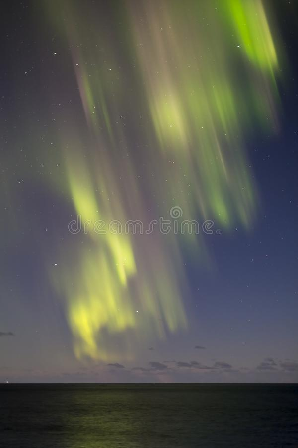 Aurora borealis spectaculaire Belles lumières du nord au-dessus de mer photo stock