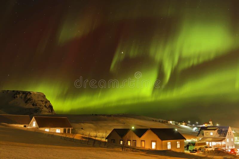 Aurora Borealis sulla città di Vik fotografie stock libere da diritti