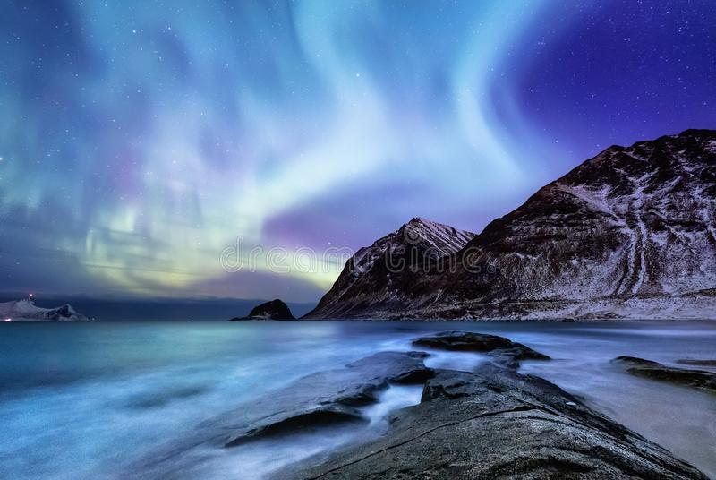 Aurora borealis sulle isole di Lofoten, Norvegia Aurora boreale verde sopra le montagne Cielo notturno con le luci polari fotografie stock
