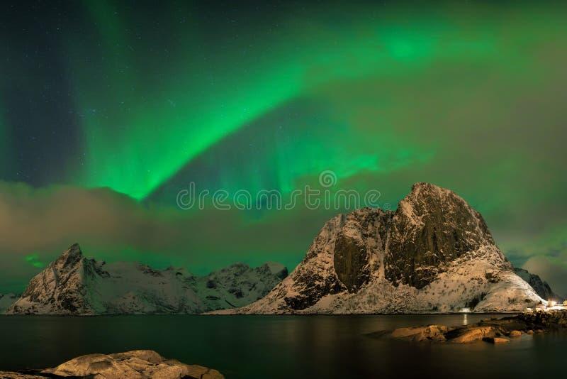 Aurora borealis tanczy na górze w wiosce rybackiej przy Reine i Sakrisoy, Lofoten, Norwegia Odwiedza Lofoten wyspy zdjęcie stock