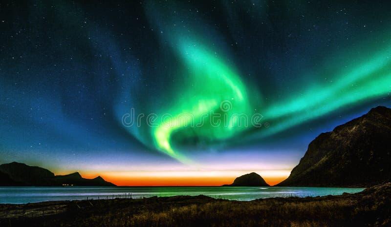 Aurora Borealis y puesta del sol imagenes de archivo