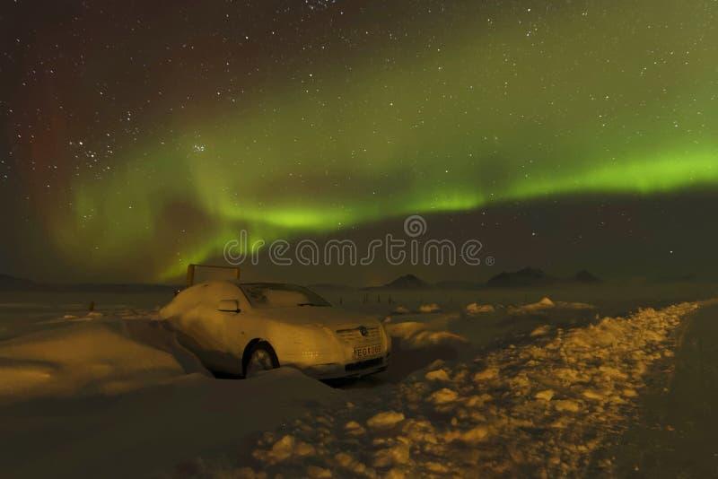 Aurora Borealis y un coche en la nieve imagen de archivo libre de regalías