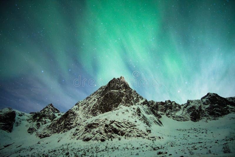 Aurora borealisexplosie op sneeuwberg stock afbeelding