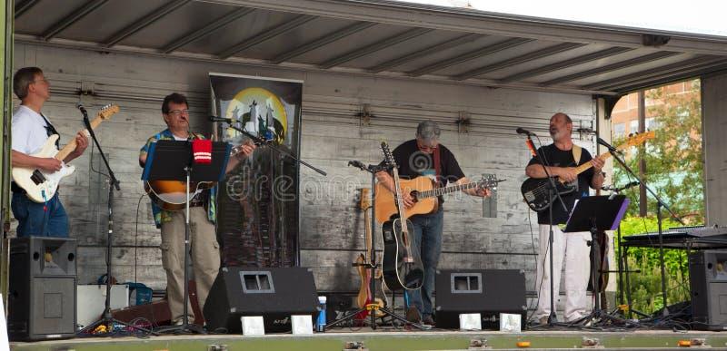 AURORA, CANADA - 2 giugno 2013: Musicisti eseguiti alla via fotografie stock