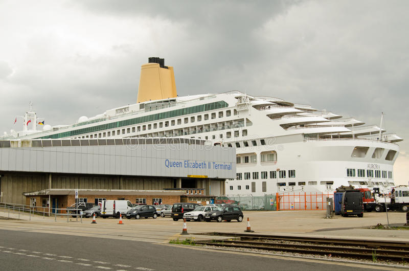 Aurora Cruise Ship, muelles de Southampton fotografía de archivo