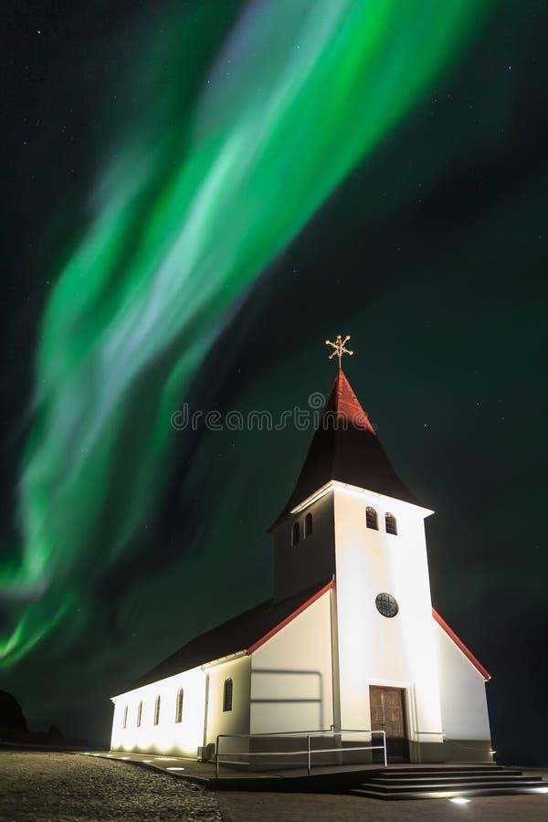 A Aurora da luz do norte sobre em Vik Church imagem de stock