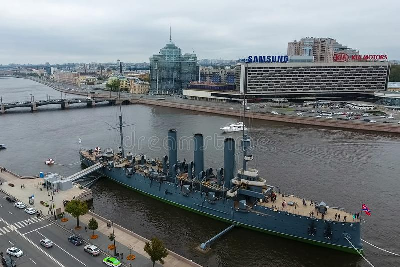Aurora del crucero en el río Neu, la ciudad de StPetersburg Ábrase en los turistas El símbolo de la revolución de 1917 fotos de archivo libres de regalías