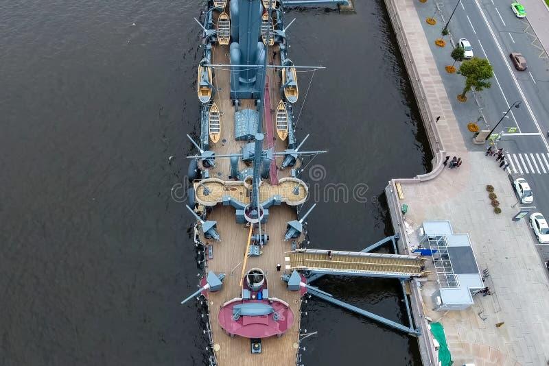 Aurora del crucero en el río Neu, la ciudad de StPetersburg Ábrase en los turistas El símbolo de la revolución de 1917 fotografía de archivo libre de regalías
