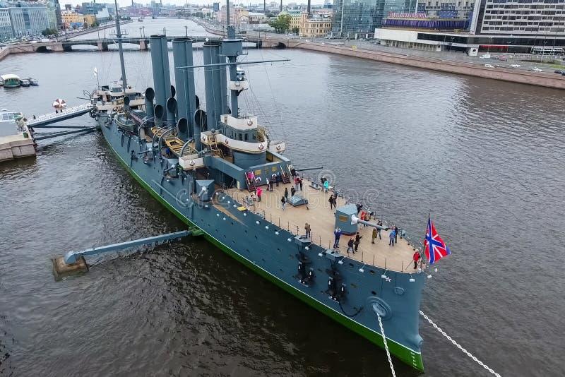 Aurora del crucero en el río Neu, la ciudad de StPetersburg Ábrase en los turistas El símbolo de la revolución de 1917 imagen de archivo