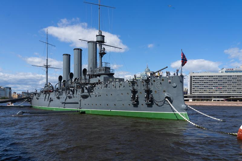 Aurora del crucero en el r?o Neu, la ciudad de StPetersburg fotos de archivo