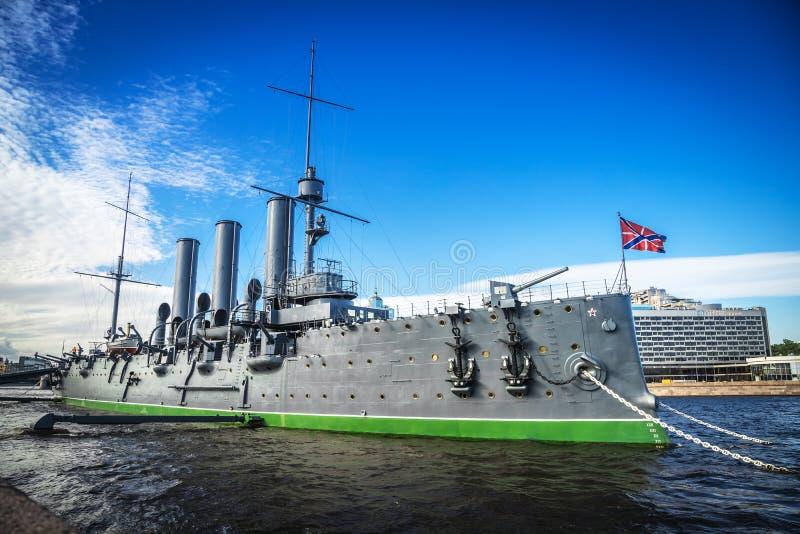 Aurora del crucero, símbolo de la revolución, en su lugar que amarra, día soleado brillante imagen de archivo libre de regalías