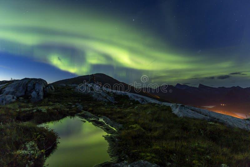 Aurora e lagoa na montanha imagem de stock royalty free
